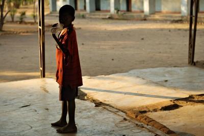 Garçon avec une bouteille en plastique au village de Kawaza, Zambie