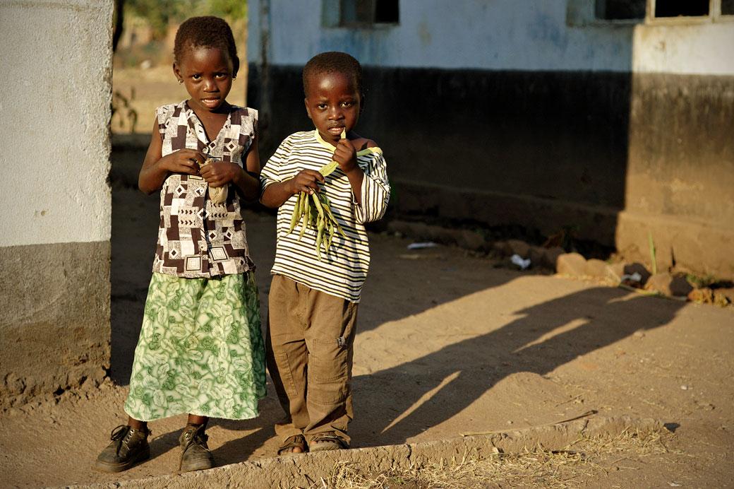 Deux enfants au village de Kawaza, Zambie