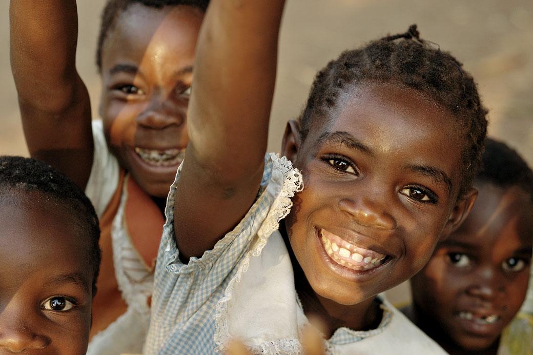 Sourires et joie des enfants au village de Kawaza, Zambie