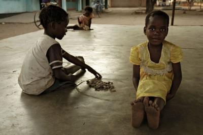 Jeu d'enfants dans le village de Kawaza, Zambie