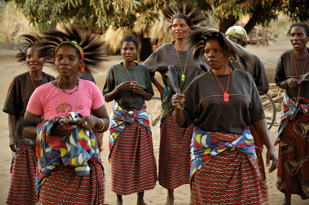 Femmes qui dansent au village de Kawaza, Zambie