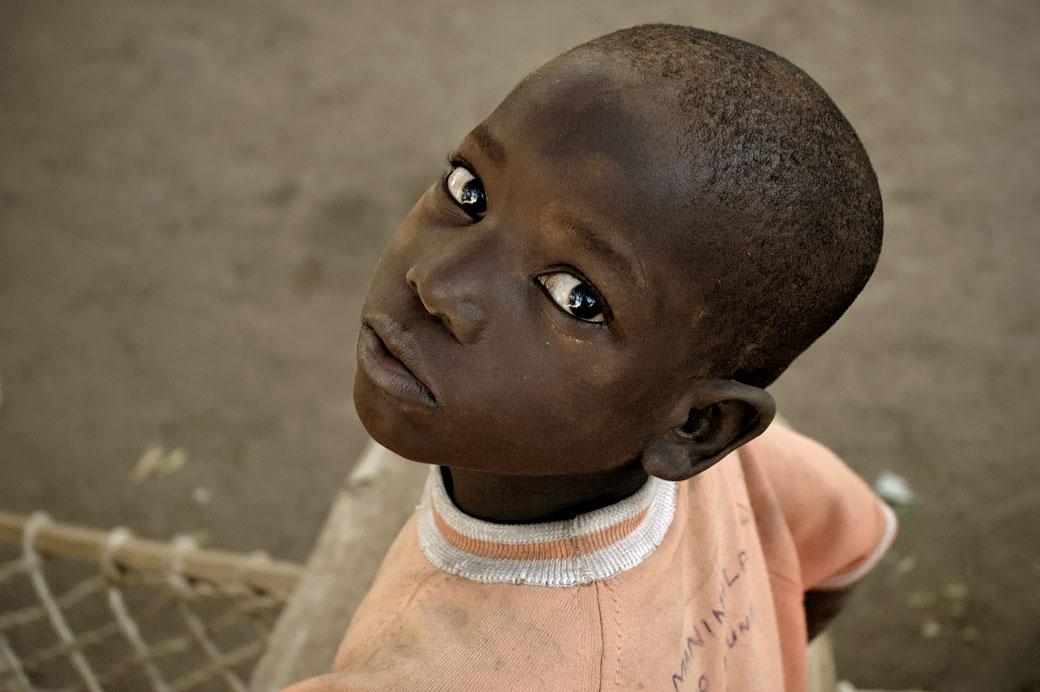 Enfant au perçant regard au village de Kawaza, Zambie