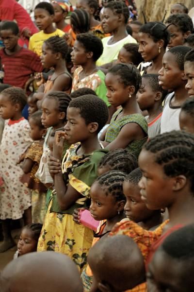 Foule et visages au village de Kawaza, Zambie
