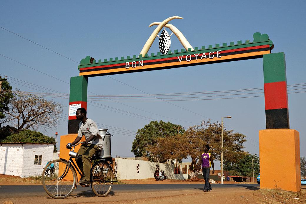 Scène de rue et arche bon voyage à Chipata, Zambie