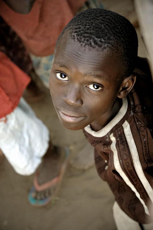 Regard d'un jeune garçon au village de Kawaza, Zambie