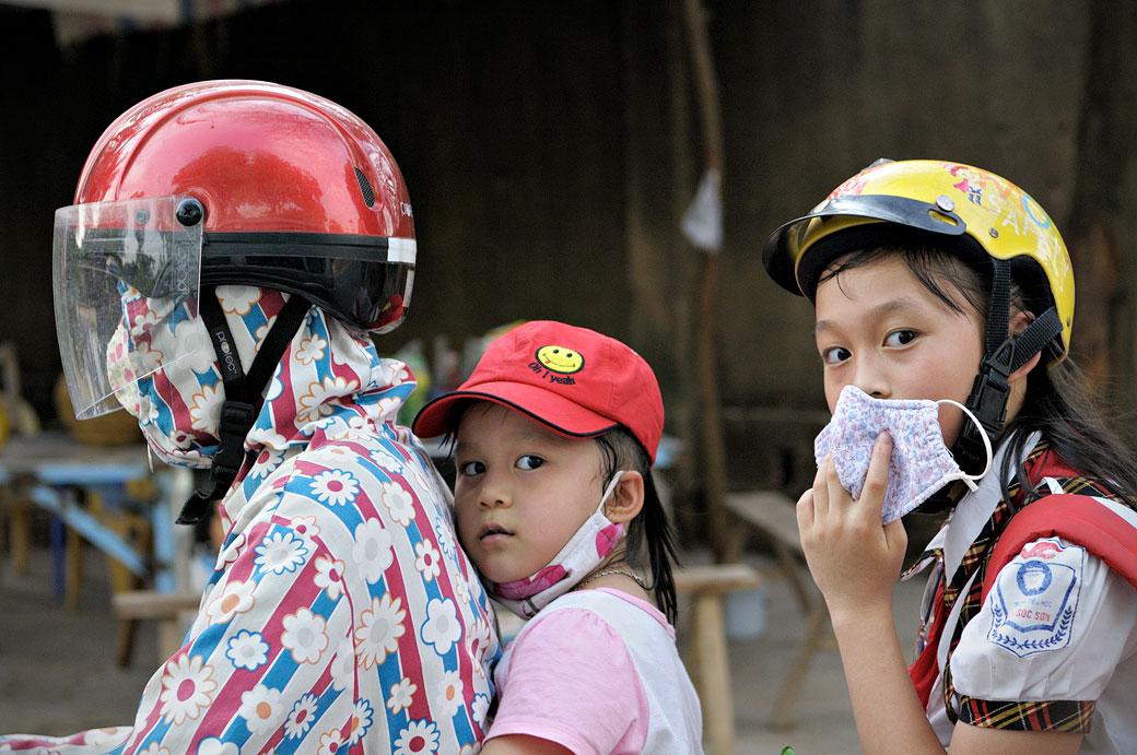 Maman et enfants sur un scooter au nord du Vietnam