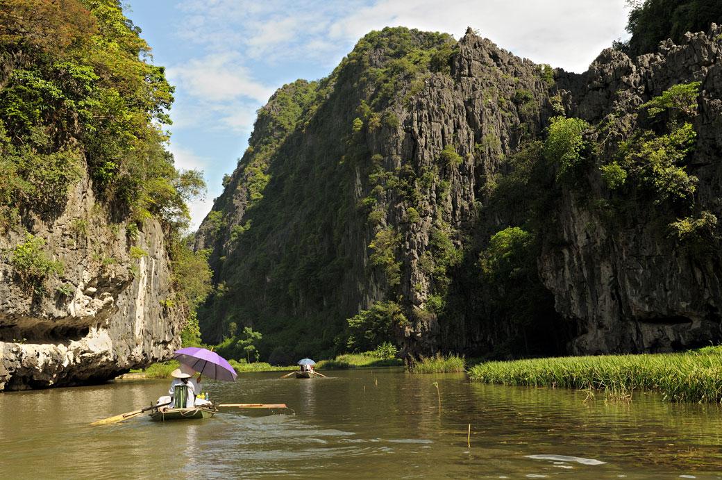 Balade en barque sur la rivière Ngo Dong à Tam Coc, Vietnam
