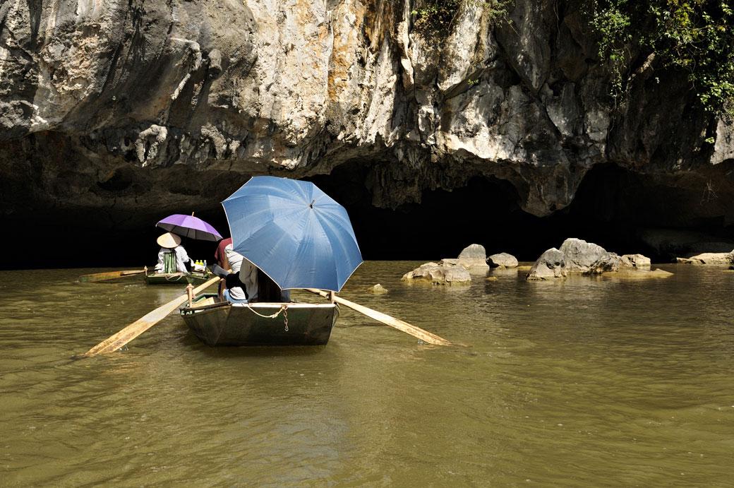 Barques à l'entrée d'une grotte de Tam Coc, Vietnam