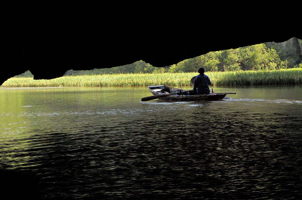 Barque à la sortie d'une grotte de Tam Coc, Vietnam