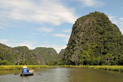 Barque locale sur la rivière Ngo Dong à Tam Coc, Vietnam