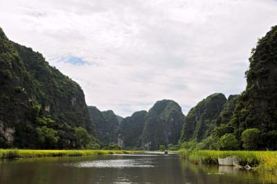 Rivière Ngo Dong et pics karstiques à Tam Coc, Vietnam