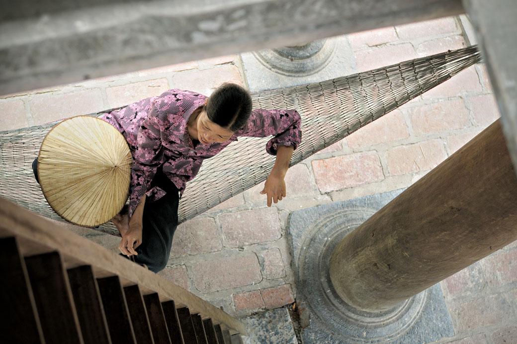 Femme qui se relax sur un hamac au temple de Thai Vi, Vietnam