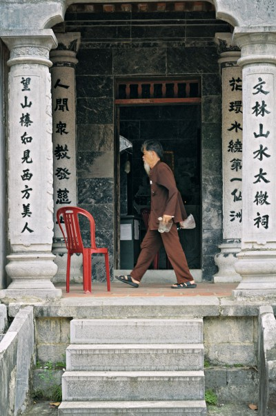 Vieil homme au temple de Thai Vi à Tam Coc, Vietnam