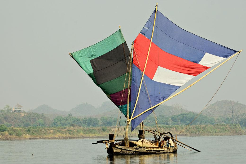 Embarcation à voiles sur la rivière Lemyo, Birmanie