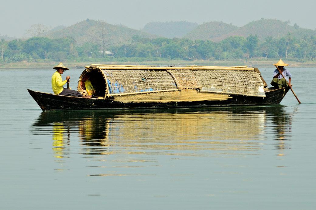 Deux hommes rament sur une longue barque, Birmanie