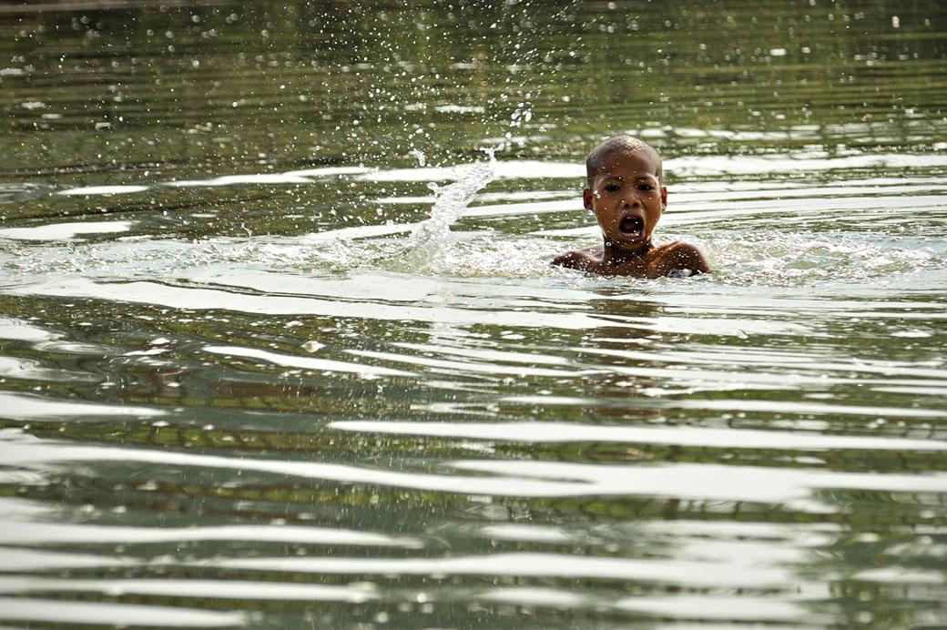 Enfant qui se baigne dans la rivière Lemyo, Birmanie