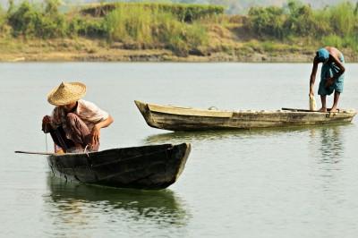 Pêcheurs sur la rivière Lemyo, Birmanie