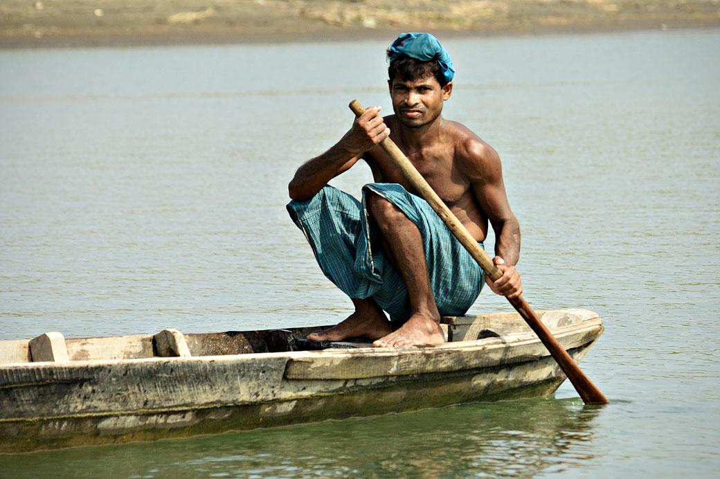 Homme qui rame sur la rivière Lemyo, Birmanie