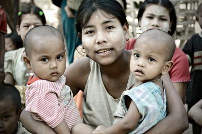 Jeune maman avec ses jumelles dans un village Chin, Birmanie