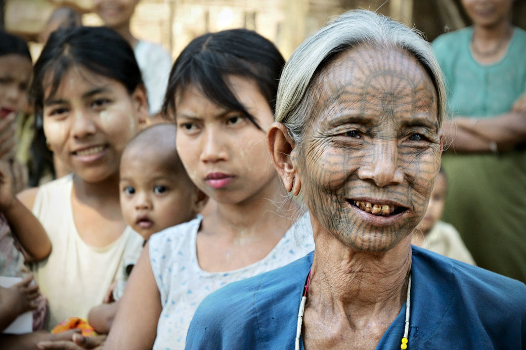 Vieille femme Chin avec un tatouage facial, Birmanie