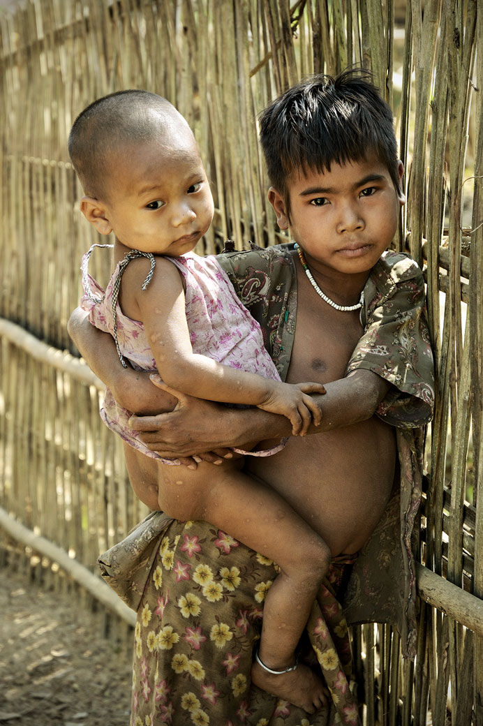 Frère et soeur dans un village Chin, Birmanie