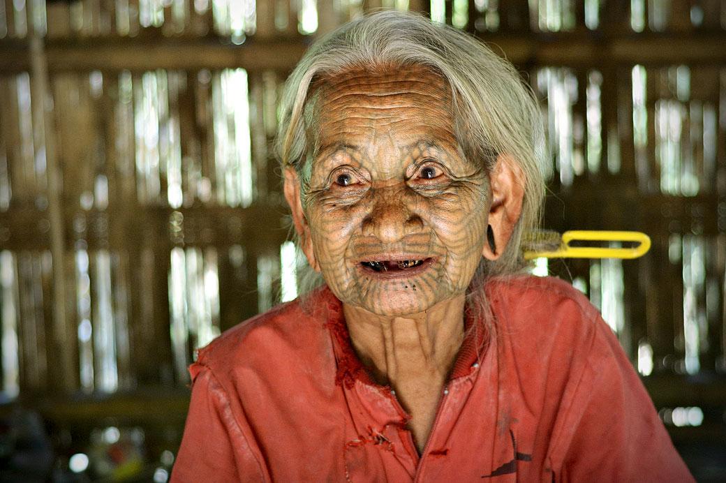 Tatouage d'une vieille femme Chin, Birmanie