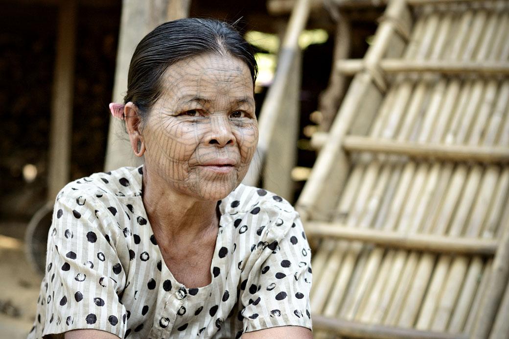 Tatouage en toile d'araignée d'une femme Chin, Birmanie
