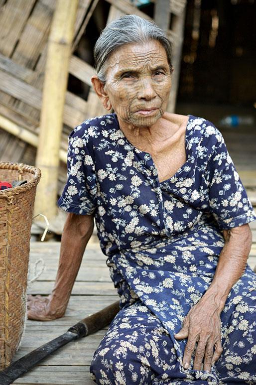Grand-mère Chin tatouée sur le visage, Birmanie