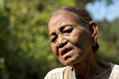 Portrait d'une vieille femme Chin tatouée, Birmanie