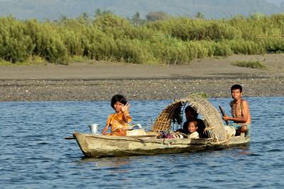 Famille birmane sur une frêle embarcation, Birmanie