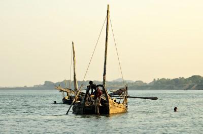 Bateaux sur la rivière Lemyo en fin de journée, Birmanie