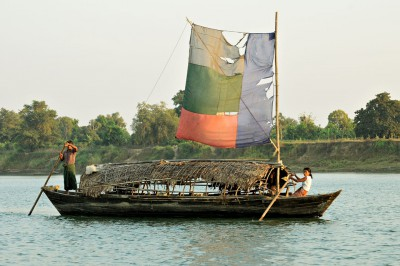 Bateau à voile déchirée sur la rivière Lemyo, Birmanie