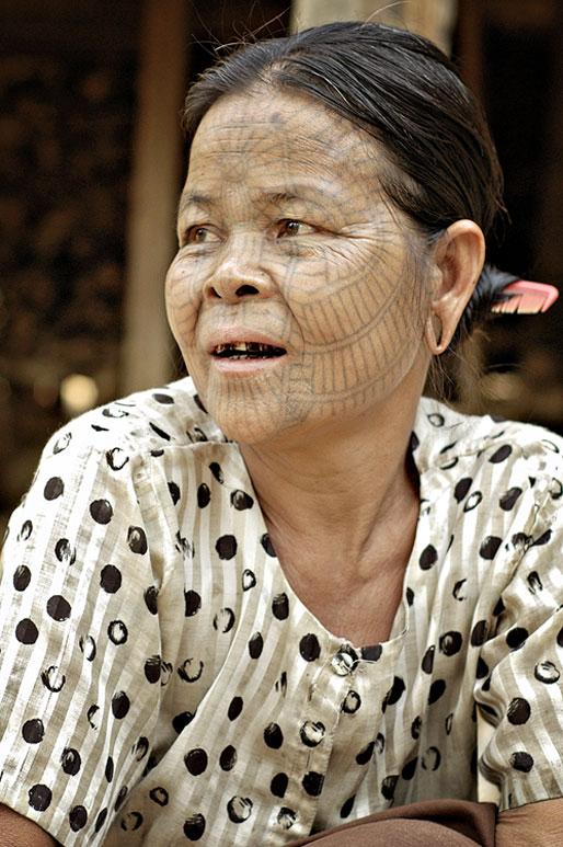 Femme Chin et son tatouage en toile d'araignée, Birmanie
