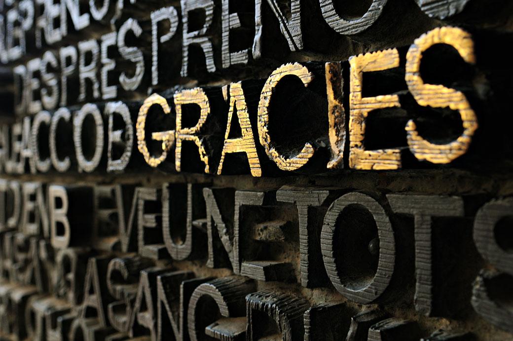 Détail du mot Gràcies sur la porte de la Sagrada Família, Espagne