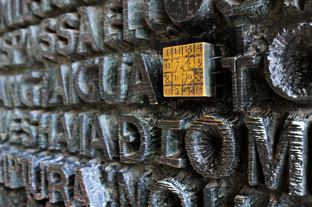Carré magique sur la porte de la Sagrada Família, Espagne