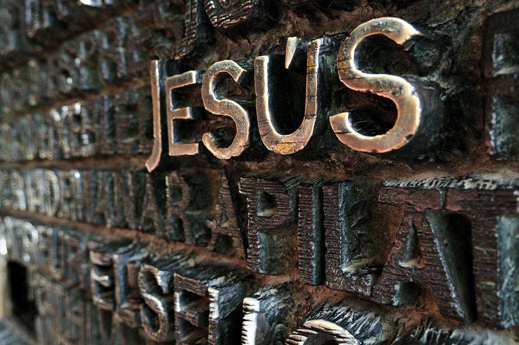 Détail du mot Jesús sur la porte de la Sagrada Família de Barcelone