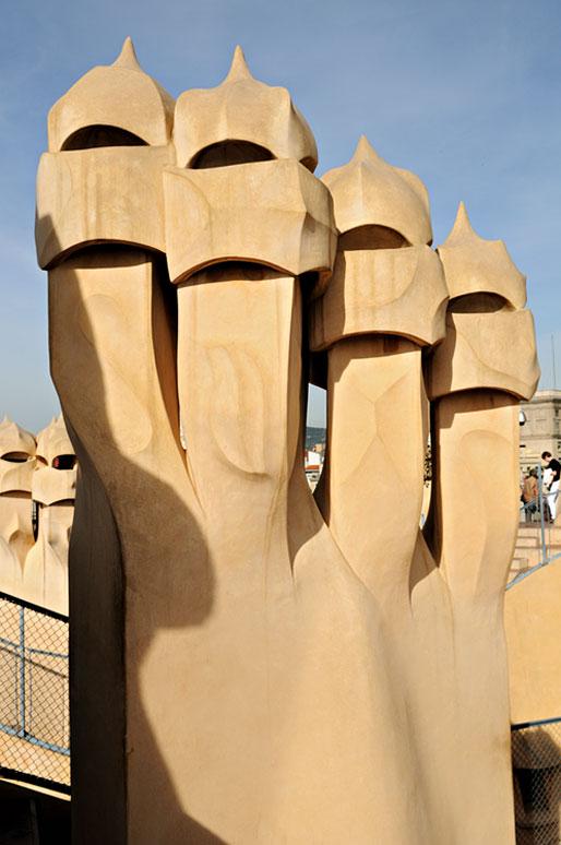 Cheminées sur le toit de la Casa Milà à Barcelone
