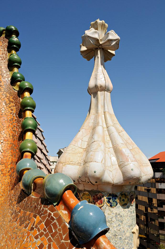 Croix gaudienne et détail de la toiture de la Casa Batlló