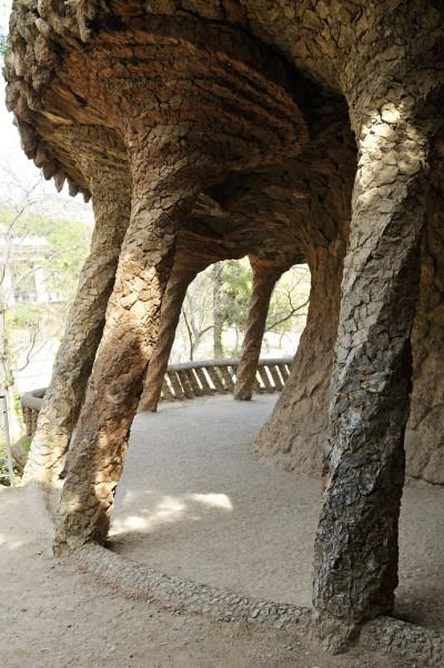 Un des viaducs du parc Güell à Barcelone, Espagne