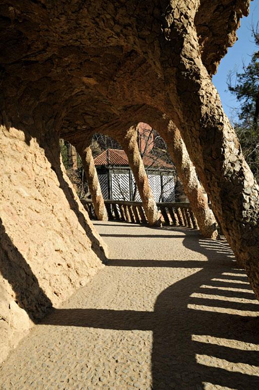 Un viaduc et ses colonnes au Parc Güell de Barcelone, Espagne
