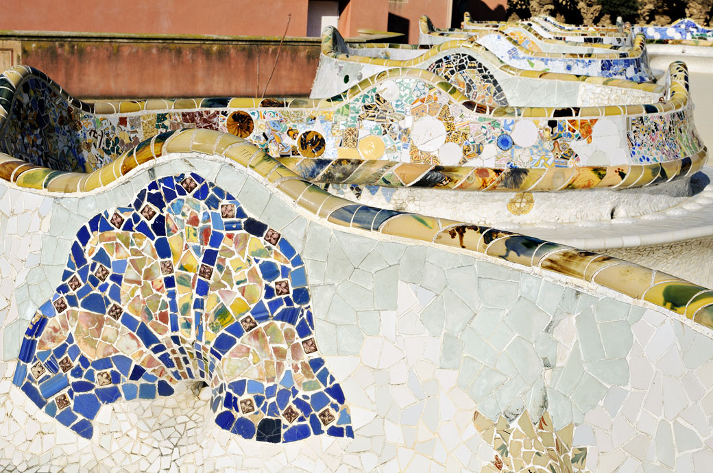 Trencadis décorant le banc ondulé du parc Güell à Barcelone