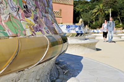 Banc de forme ondulée sur la terrasse du Parc Güell à Barcelone