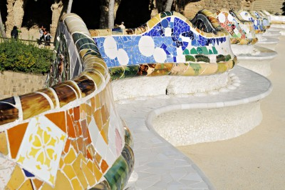 Banc ondulé recouvert de trencadis au parc Güell de Barcelone