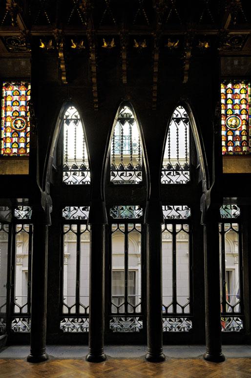 Arches et colonnes à l'intérieur du Palais Güell de Barcelone