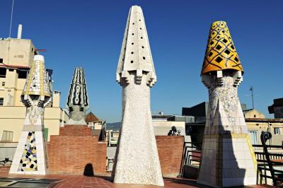 Cheminées étranges sur le toit du Palais Güell à Barcelone