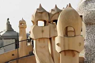 Cheminées sentinelles sur le toit de la Casa Milà à Barcelone