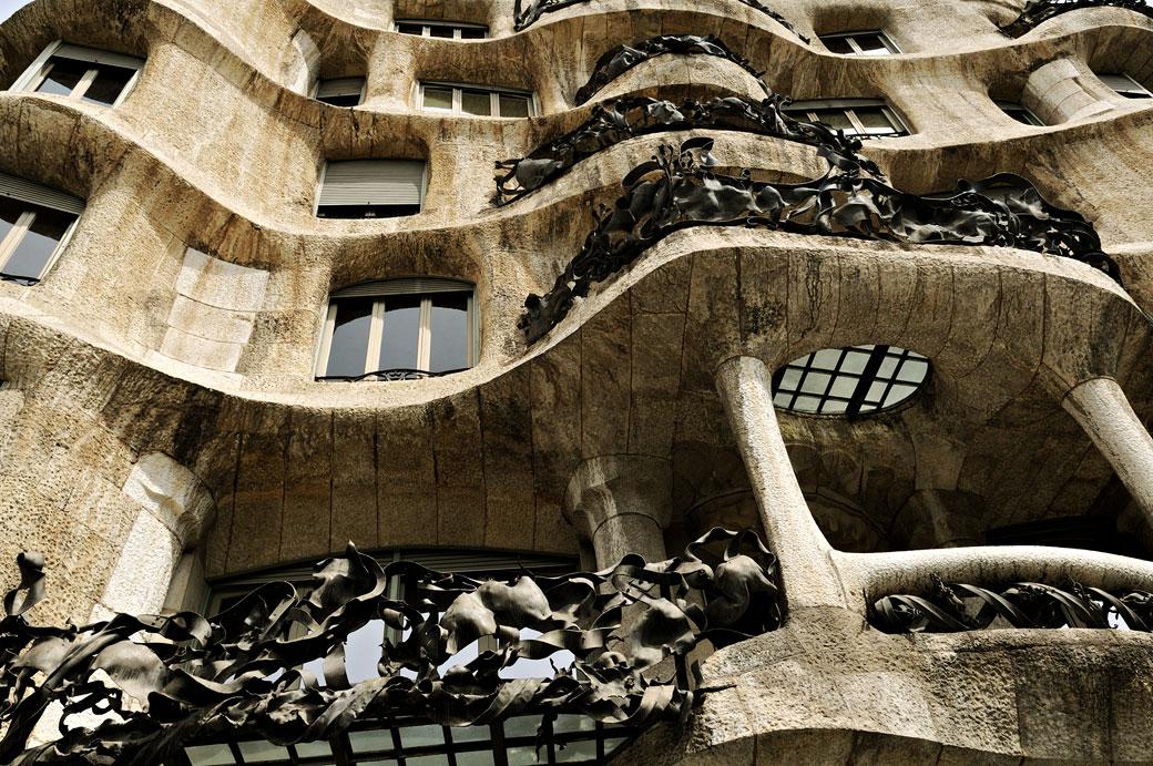 Façade et balcons de la Casa Milà à Barcelone, Espagne