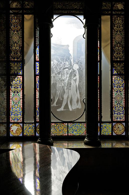 Vitrail et piano à l'intérieur du Palais Güell à Barcelone