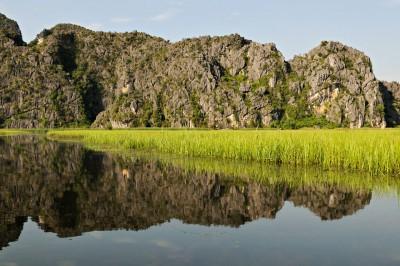 Réflexion des montagnes à la réserve de Van Long, Vietnam