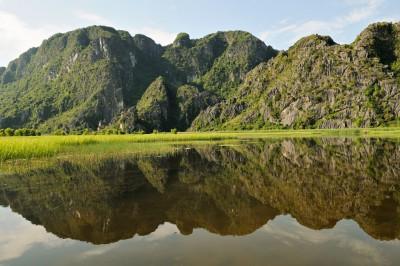 Montagnes karstiques à Van Long, Vietnam